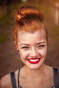 Ruda i piegowata uśmiechnięta kobieta
